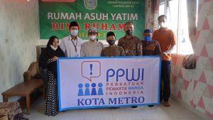 Keluarga besar PPWI Kota Metro Berbagi kepada anak yatim