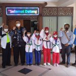 Walikota Metro dan Kepala Dinas Disporapar Kota Metro melepas wasit taekwondo PON ke XX Papua